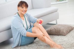 Frau mit medi day gel - Kompressionsstrumpfpflege