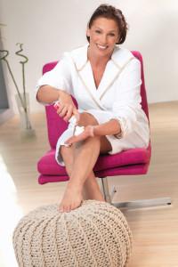 Frau auf Sessel mit medi soft schaum - Hautpflege beim Tragen von Kompressionsstrümpfen