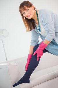 Frau mit medi Gummihandschuhe - Anziehhilfen für Kompressionsstrümpfe