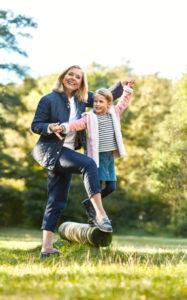 Frau mit Enkelkind beim balancieren mit mediven forte