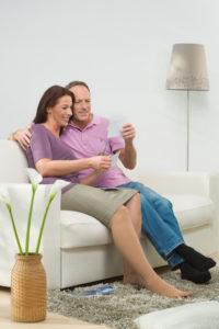 Paar-auf-Couch - mediven mondi