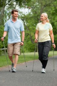 Paar beim walken mit mediven sensoo - der sanfte