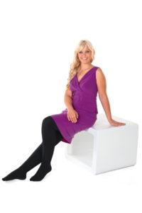 Frau auf Sitzhocker mit mediven sensoo - der Sanfte